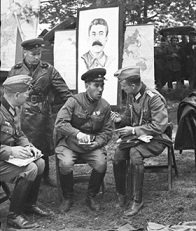Sub un portret al lui Stalin viitorii adversari fac schimb de experienta