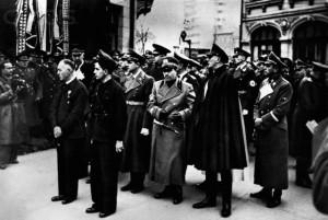 Generalul  Ion Antonescu (stânga) şi Horia Sima (dreapta), la un parastas organizat de Mişcarea Legionară fostului ei conducător, Corneliu Zelea Codreanu, în decembrie 1940