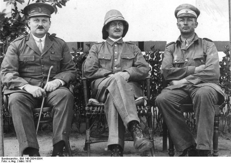 Paul Emil von Lettow-Vorbeck (Mitte)