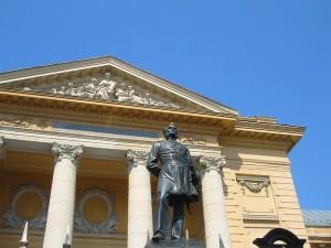 Statuia dr. Carol Davila din fața Universității de Medicină din București