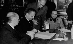 Reprezentantul maghiar semneaza actul