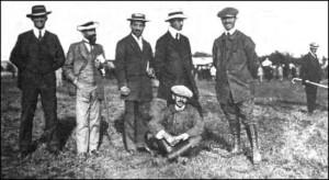 Aurel Vlaicu al doilea din dreapta. In fata sa, jos, sta fratele sau Ion. In stanga lui Vlaicu este  Giovanni Magnani, antreprenorul care l-a sprijinit. In fundal, cu baston, posibil sa fie  I. L. Caragiale.