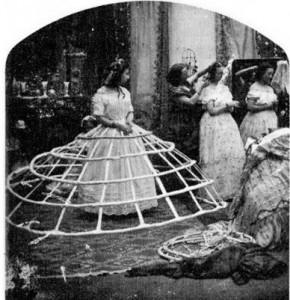 la cumpana secolului XX, rochiile femeilor erau cu crinolina (fusta lunga si foarte larga, in forma de clopot, sustinuta in interior de arcuri subtiri de otel)