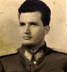 Nicolae Ceausescu in uniforma militara