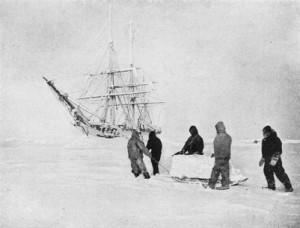Transportul zăpezii cu sania pentru reînnoirea proviziei de apă dulce. În spate, Belgica, prinsă între ghețuri, este acoperită de chiciură
