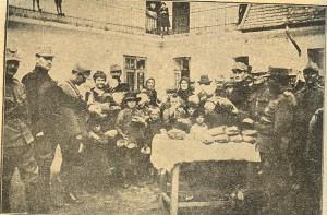 Populaţia săracă a Budapestei hrănită de trupele române